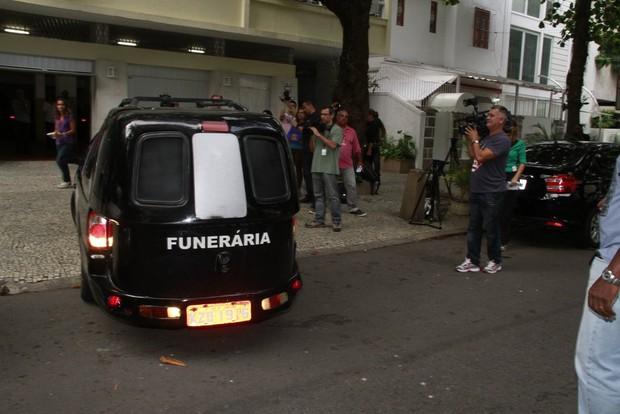 Carro sai do apartamento  (Foto: Isac Luz / Ego)