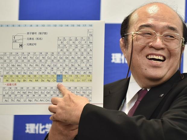 O cientista Kosuke Morita exibe cópia da Tabela Periódica contendo o elemento 113, criado por japoneses do Instituto Riken (Foto: Kazuhiro Nogi/France Presse)