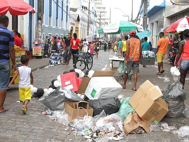 No Centro de São Luís (MA), consumidores disputam espaço com lixo (Foto: De Jesus / O Estado)