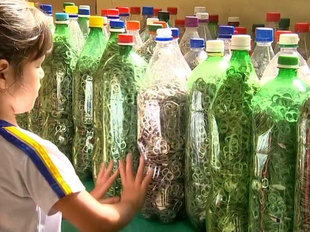 Crianças ajudam na coleta de lacres de alumínio em Votorantim (Foto: Reprodução/TV TEM)