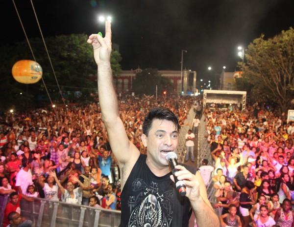 Cantores maranhense Pepê Junior também animou a multidão na Deodoro. (Foto: Biaman Prado/O Estado)