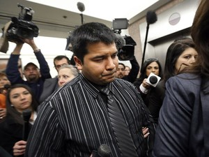 Erick Munoz, marido de Marlise Munoz, deixa corte após um juiz decidir autorizar que os aparelhos que mantém sua mulher respirando sejam desligados nesta sexta-feira (24). Ela está grávida e teve morte cerebral (Foto: The Dallas Morning News, Tom Fox/AP)