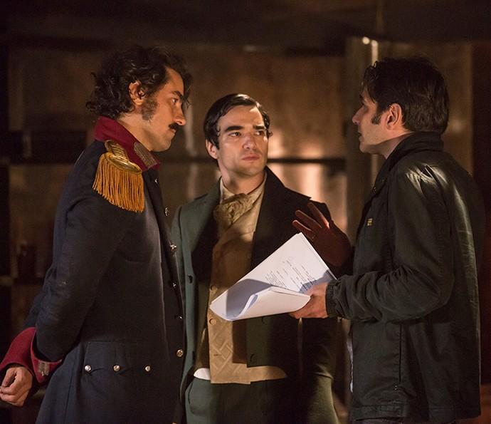 Diretor e atores elaboram a cena (Foto: Felipe Monteiro/Gshow)