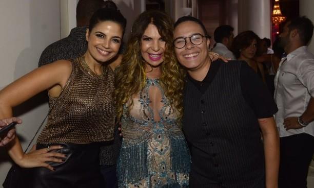 Elba Ramalho rodeada por Emanuelle Araújo e Maria Gadu, com novo corte de cabelo  (Foto: Fábio Cordeiro/ Ed. Globo)
