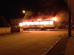 Ônibus em Chamas no Caminho Novo em Palhoça (Foto: Comandante Paiva/Divulgação)