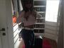 Gretchen faz selfie e mostra look do dia com direito a barriguinha de fora