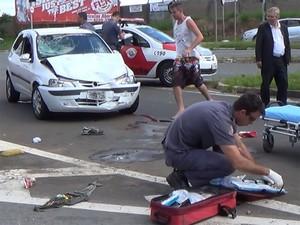 Carro ficou danificado após acidente com motociclista em Campinas (Foto: Fernanda Zanetti / EPTV)