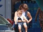 Sophie Charlotte passeia com o filho e exibe novo visual, com franjinha