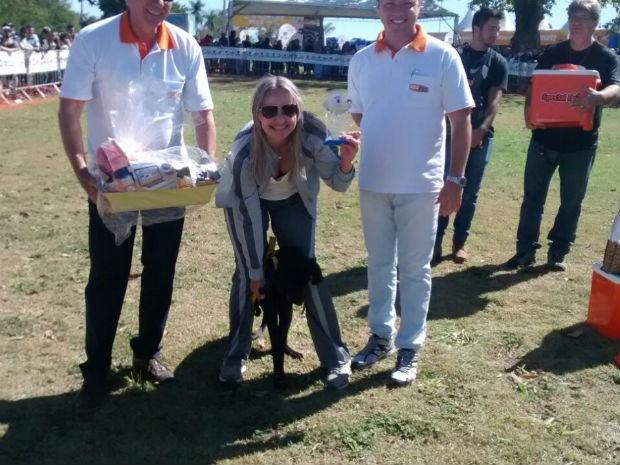 Tilin e Viviane Macena levaram o troféu de 'vira lata mais simpático' (Foto: Mariana Bonora/G1)