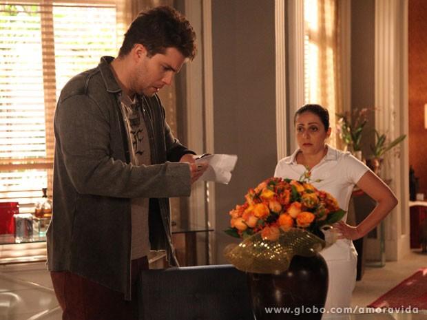 Niko lê carta (Foto: Carol Caminha/TV Globo)