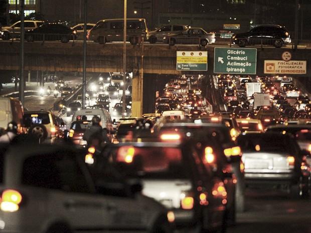 Dezenas de veículos parados em dia de trânsito em São Paulo; poluição afeta mais quem trabalha no tráfego (Foto: Raul Zito/G1)