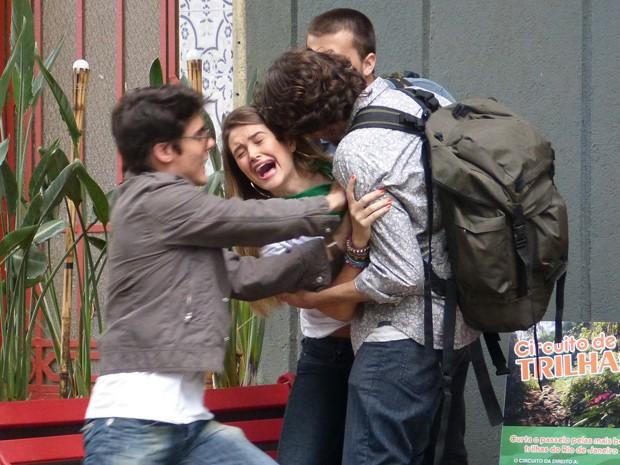Fatinha é agarrada por dois gringos e Vitor a salva na hora (Foto: Malhação  / TV Globo)