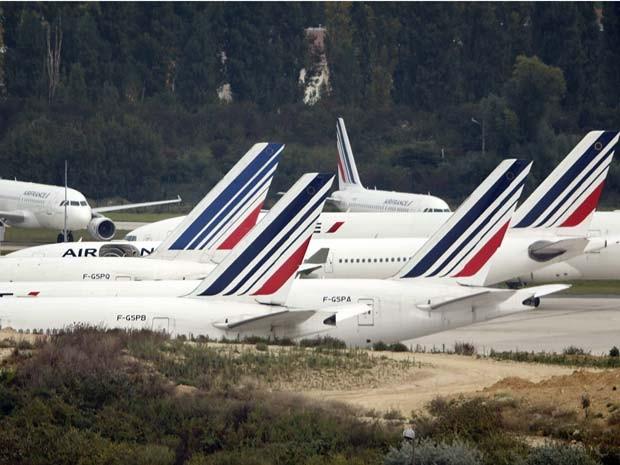Alguns aviões da Air France ficaram estacionados no Aeroporto Internacional Charles de Gaulle, perto de Paris, nesta quarta (17) (Foto: REUTERS/Charles Platiau)
