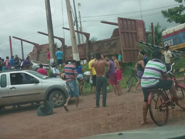 Acidente no trilho chamou a atenção da população (Foto: Ascom/Polícia Militar)