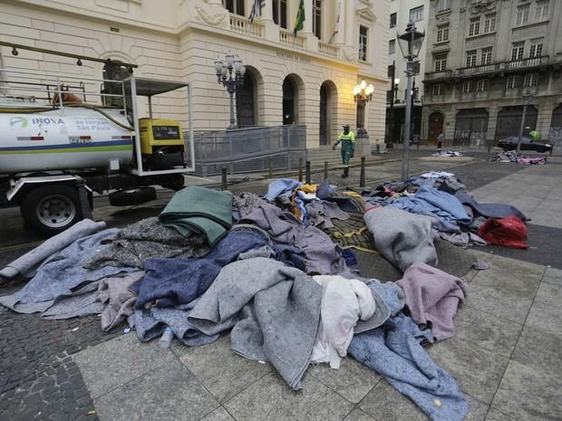 Cobertores são vistos amontoados em diversos pontos do centro velho de São Paulo. Devido à onda de frio e mortes de moradores de rua na última semana, agentes da GCM têm ordens de não retirar utensílios pessoais das pessoas que dormem nas ruas (Foto: Nelson Antoine/Frame/Estadão Conteúdo)