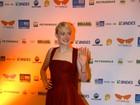 Com vestido vermelho, Dakota Fanning deixa hotel para ir a evento