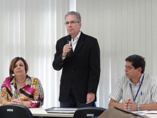 Reitor da UPE, Carlos Calado (centro), divulga novidades do processo seletivo da universidade. (Foto: Lorena Aquino/G1)
