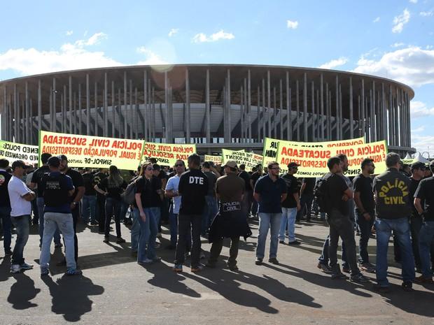 Policiais civis em greve protestam em frente ao estádio Mané Garrincha, em Brasília, antes da partida entre Brasil e África do Sul, pelos Jogos Olímpicos Rio 2016 (Foto: Wilson Dias/Agência Brasil)