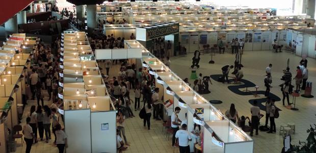 Chevrolet Hall abriga a feira que traz trabalhos de alunos de todas as idades (Foto: Débora Soares/G1)