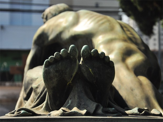 Estátua 'O Adeus', de Alfredo Oliani, pode ser vista no Cemitério São Paulo (Foto: Fabiano Correia/ G1)