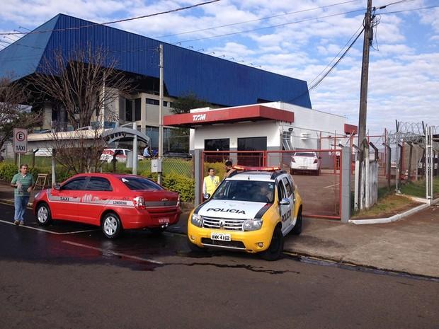 Galpão fica a cem metros do aeroporto Governador José Richa (Foto: Alberto D'angele/RPC)