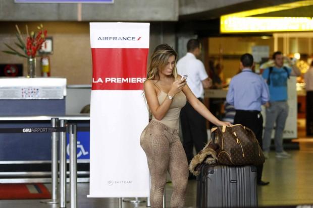 Andressa Urach embarca para Paris (Foto: Paduardo/AgNews)
