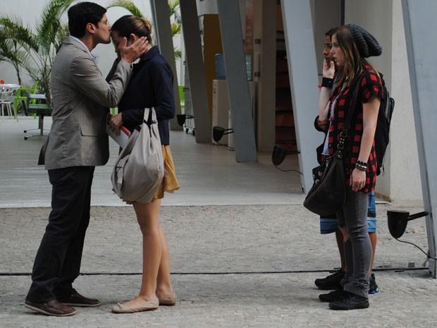 Fatinha chega toda comportada e recebe beijo na teste de noivo. É sonho isso? (Foto: Malhação / Tv Globo)