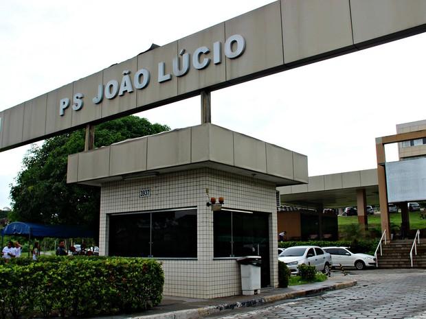 Pelo menos 50 pessoas se reuniram em frente ao Hospital João Lúcio  (Foto: Ive Rylo/ G1 AM)