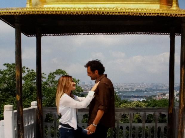 Zyah pede para Bianca ficar ele na Turquia  (Foto: Salve Jorge/ TV Globo)