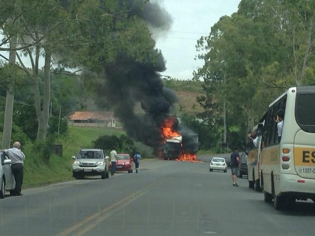 Trânsito chegou a ficar parcialmente interrompido  (Foto: PRF/Divulgação)