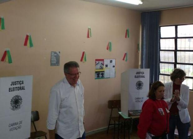 Raul Pont votou pela manhã em Porto Alegre (Foto: Paulo Ledur/RBS TV)