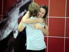 Recuperada, Bia Seidl volta aos ensaios e recebe forte abraço de Luana Piovani