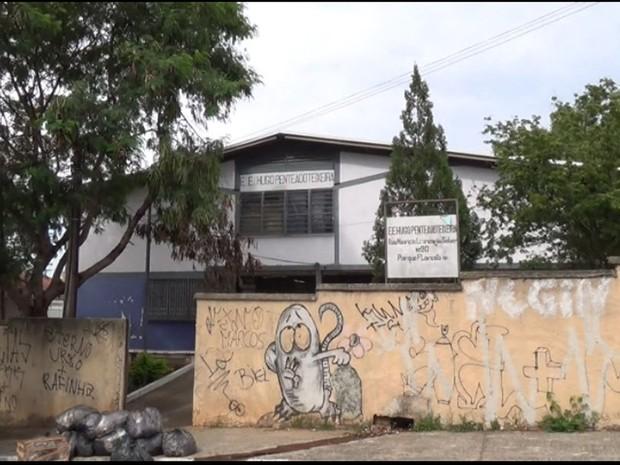 Escola Estadual Hugo Penteado Teixeira foi desocupada na manhã desta sexta-feira (4) (Foto: Reprodução EPTV)