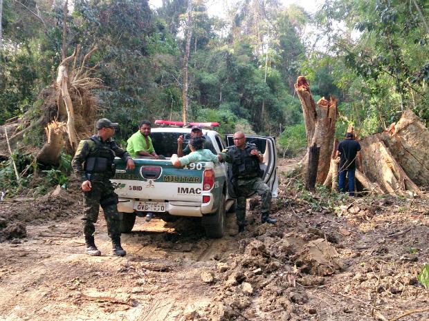 Representantes do Imac e do Batalhão de Policiamento Ambiental realizaram fiscalização em ramal (Foto: Divulgação/BPA)