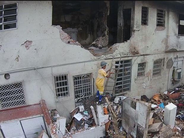Funcionários da prefeitura contiuam realizando trabalhos em Santos (Foto: Reprodução/TV Tribuna)