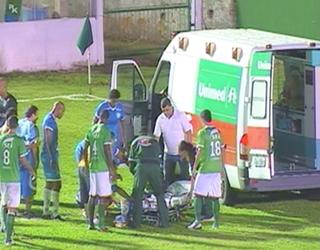Única ambulância do estádio teve de levar jogador ferido ao hospital. Jogo teve de ser paralisado (Foto: Reprodução)
