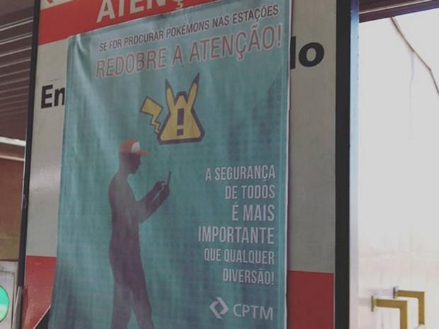 CPTM instala cartazes nas estações pedindo aos usuários que redobrem a atenção ao procurar pokémons nas plataformas (Foto: Thais Lima/G1)