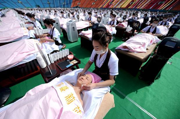 Grupo de mil mulhares realizaram massagem facial ao mesmo tempo na China (Foto: Reuters)