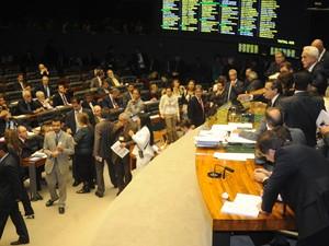 Câmara dos Deputados ficou lotada durante sessão extraordinária em meio a manifestações (Foto: Jose Cruz/ABr)