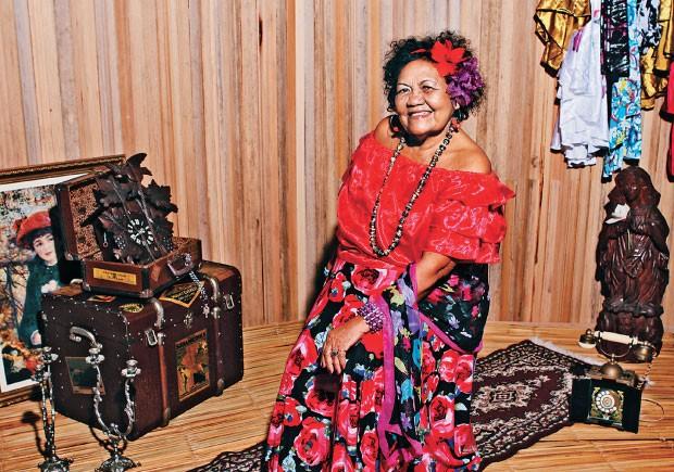 """A REFERÊNCIA Dona Onete, em foto de lançamento  de seu primeiro CD. Desde menina, canta num estilo  que ela chama de """"carimbó chamegado""""   (Foto: Taiana Laiun)"""