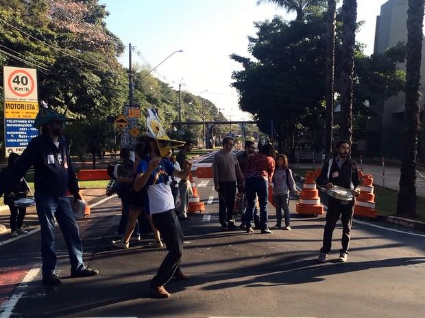Alunos bloqueiam uma das entradas do campus Campinas da Unicamp (Foto: Reprodução EPTV)