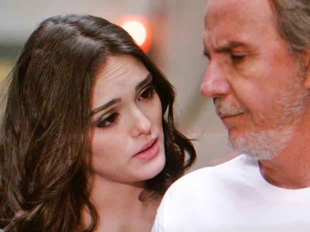 Cida promete ficar ao lado do pai (Foto: Cheias de Charme / TV Globo)