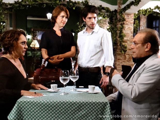 Luciano vê a mãe na companhia de Herbert (Foto: Amor à Vida/TV Globo)