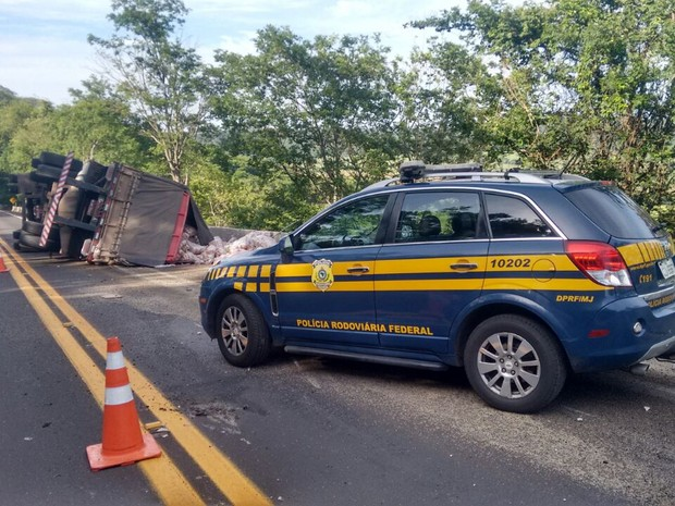 Carga de 40 toneladas de arroz ficou espalhada na pista (Foto: Polícia Rodoviária/Divulgação)