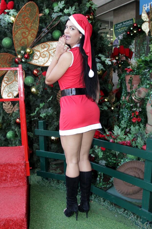 Coelhinha da Playboy Camila Vernaglia vestida de Mamãe Noel (Foto: Paduardo / AgNews)
