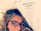 Grazi Massafera, de óculos, faz chamego em gatinho na cama