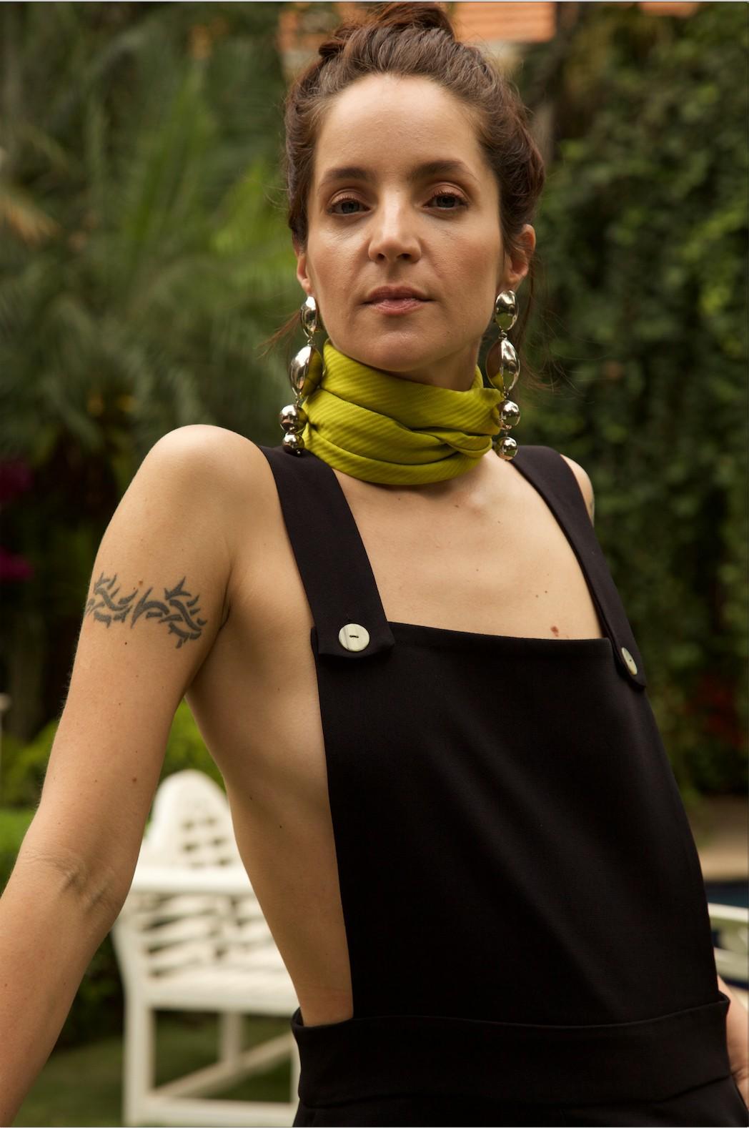 Vanda Jacintho usa jardineira e brincos da coleção-cápsula Tropical Matters, desenvolvida a quatro mãos com Alix Duvernoy (Foto: Rafael Pavarotti)