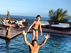 Henri Castelli se diverte na piscina com o filho