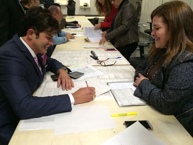 Dr. Rey assina documento na frente de funcionária do TRE em São Paulo (Foto: Divulgação/ Assessoria de imprensa do Dr.Rey)