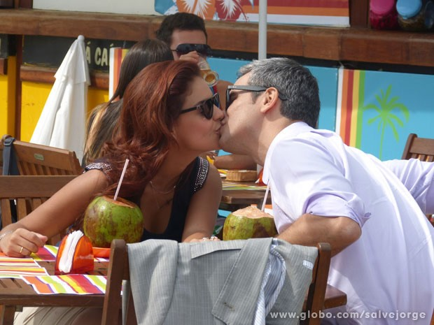 Paloma Bernardi e Otaviano Costa se beijam em gravação (Foto: Salve Jorge/Tv Globo)